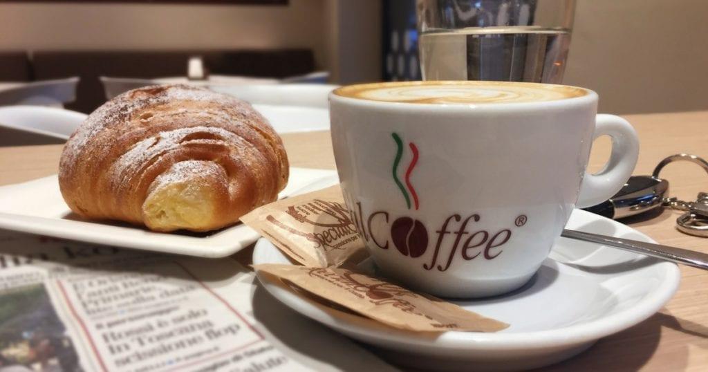 Colazione Italiana - Italian Breakfast - cappuccino e cornetto